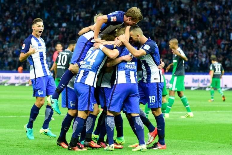 La joie des joueurs du Hertha se congratulent après un but contre Schalke 04. AFP