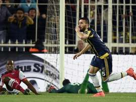 Mehmet Topal celebra el gol marcado al Sporting de Braga para el Fenerbahce. AFP