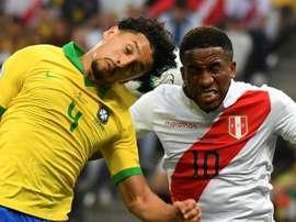 Marquinhos avec  Jefferson Farfan  lors de la Copa America, le 22 juin 2019. AFP