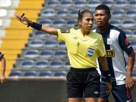 L'arbitre internationale péruvienne Melany Bermejo, dirige un match de football à Lima. AFP