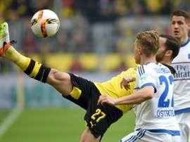 Le milieu de Dortmund Gonzalo Castro (G) et le défenseur Matthias Ostrzolek du HSV se battent pour le ballon lors du match Borussia - Hambourg, le 17 avril 2016 à Dortmund