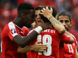 L'attaquant suisse Admir Mehmedi, célèbre son but avec ses coéquipiers face à la Roumanie. AFP