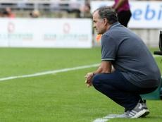 L'entraîneur argentin de Lille Marcelo Bielsa observe le match contre Strasbourg à La Meinau. AFP