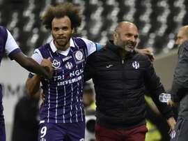 Lattaquant Martin Braithwaite félicité par son entraîneur Pascal Dupraz après lun de ses deux buts pour Toulouse face à Monaco, le 14 octobre 2016 au Stadium