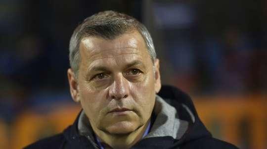 Hubert Fournier, alors entraîneur de Lyon, suit le match face à Lorient au Mouchoir. AFP