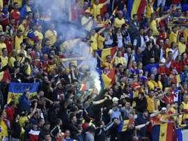 Des supporters roumains allument des fumigènes dans une tribune lors du match de lEuro contre lAlbanie au Parc OL, le 19 juin 2016