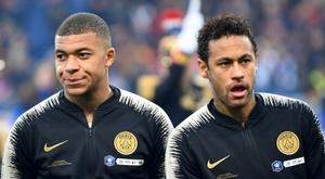 Dugarry acredita que Mbappé deveria passar menos tempo com Neymar. AFP