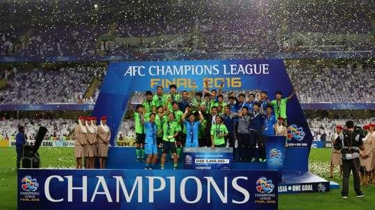 L'équipe de Jeonbuk Hyundai, sacrée championne d'Asie, le 26 novembre 2016 à El-Aïn au Qatar. AFP