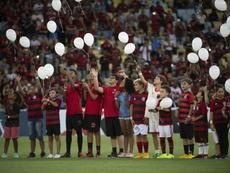 Les jeunes supporters de Flamengo rendent hommage. AFP