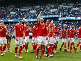 Gareth Bale salue les supporters après la qualification en quarts de finale de l'Euro-2016. AFP