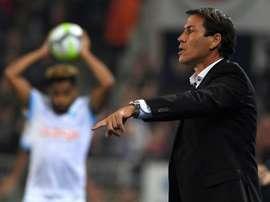Rudi Garcia donne des insructions lors du match contre Strasbolurg à La Meinau. AFP