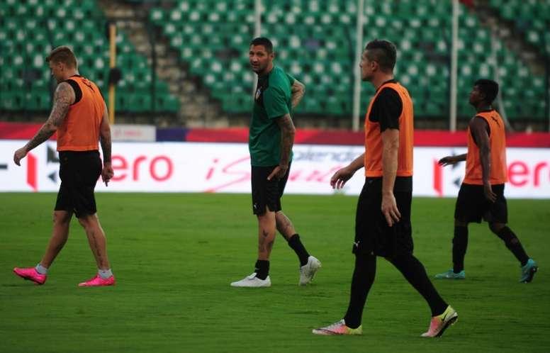Le coach de Chennaiyin FC Marco Materazzi dirige l'entraînement de son équipe. AFP