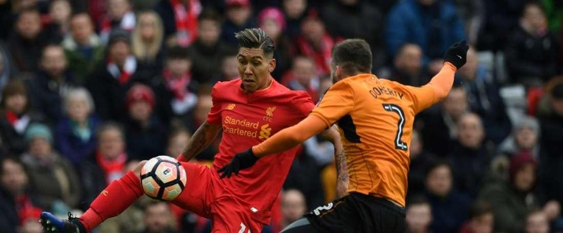 Le milieu de Liverpool Firmino à la lutte avec le défenseur de Wolverhampton Doherty en FA Cup. AFP
