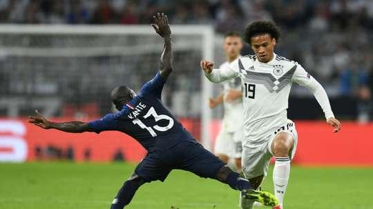 Le milieu de l'équipe dAllemagne Leroy Sané (d) à la lutte avec celui des Bleus N'Golo Kanté. AFP