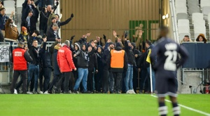 Torcedores vão a campo e interrompem jogo do Campeonato Francês. AF