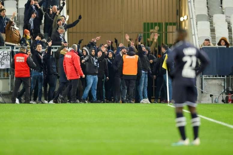 Ultras del Girondins cortaron el partido contra el Nîmes. Twitter/MalvesinDorian