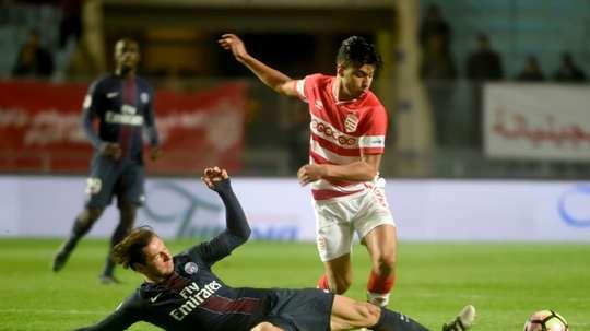 Le jeune attaquant du Club Africain Bassam Srarfi évite Grzegorz Krychowiak (PSG). AFP