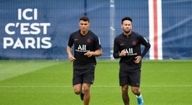Neymar, seguir en el PSG o cobrar la mitad en el Barcelona. AFP