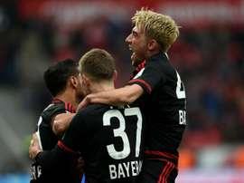 Des joueurs de Bayer célèbrent un but de Karim Bellarabi (G) face à Francort, le 16 avril à Leverkusen (ouest de lAllemagne)