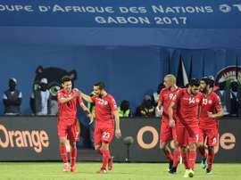 Le milieu de la Tunisie Naim Sliti est congratulé par ses coéquipiers après son penalty en CAN. AFP