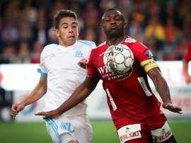 Le milieu de Marseille Maxime Lopez (g) à la lutte avac celui d'Ostende Sébastien Siani. AFP