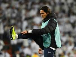 Cavani tra Chelsea e Atletico Madrid. AFP