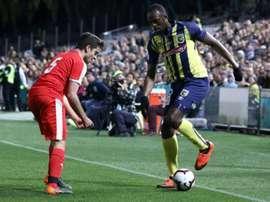 Bolt avance pas à pas avec ses crampons. AFP