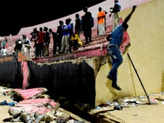 Des supporters attendent leur évacuation après l'effondrement d'un mur d'une tribune. AFP