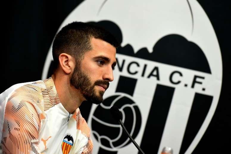 El Valencia pondrá toda la carne en el asador para retener a Gayà. AFP