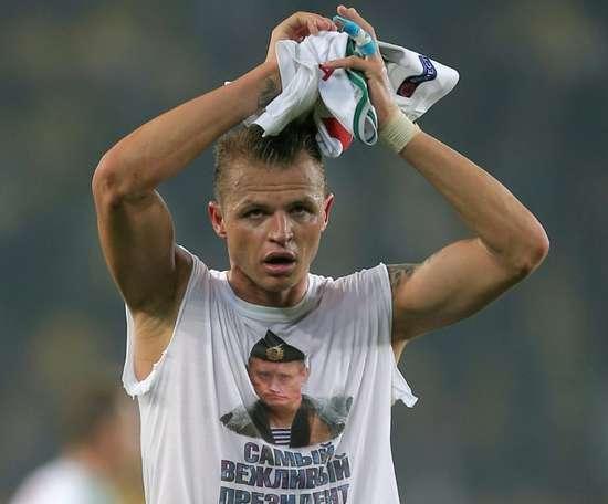 Dmitri Tarasov  porte un t-shirt de soutien à Poutine. AFP