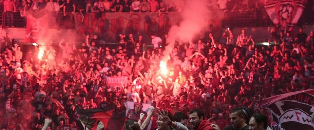 Los aficionados griegos volvieron a hacer gala de su mala fama. AFP