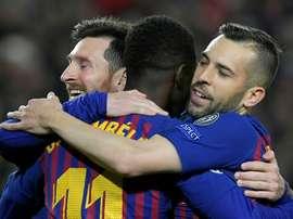 Lionel Messi, Ousmane Dembélé et Jordi Alba se congratulent après un but marqué contre Lyon. AFP