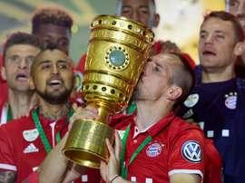 Franck Ribéry embrasse le trophée lors de la victoire en Coupe d'Allemagne. AFP