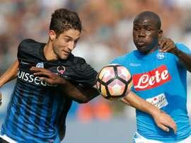 Le milieu de Naples Roberto Gagliardini à la lutte avec un défenseur de Naples. AFP