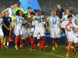 L'équipe dAngleterre exulte après avoir remporté pour la 1re fois la Coupe du monde des -17 ans. AFP