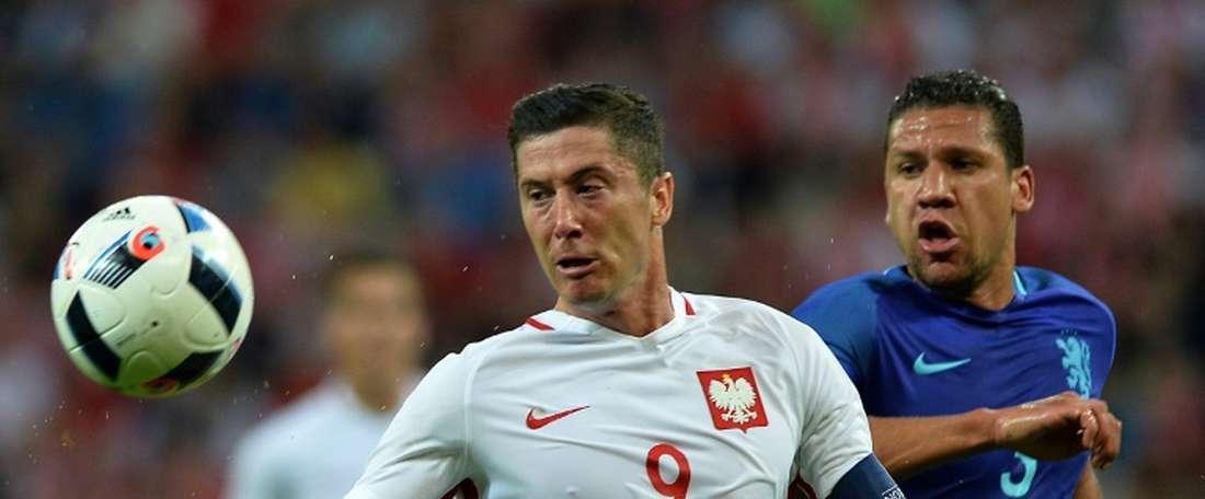 Lattaquant polonais Robert Lewandowski (g) face aux Pays-Bas en match de préparation de lEuro, le 1er juin 2016 à Gdansk