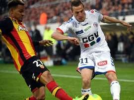 Le milieu de Strasbourg Dimitri Lienard (d) lors du match contre Lens à Bollaert, le 8 mai 2017. AFP