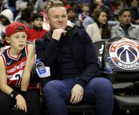 Wayne Rooney regarde un match de NBA à Washington avec son fils. AFP