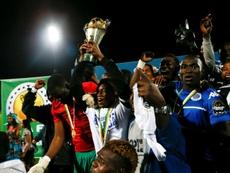 eºls joueurs de TP Mazembe avec le trophée de la Coupe de la Confédération CAF. AFP