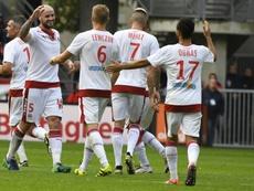 Le défenseur de Bordeaux Nicolas Pallois (N.5) félicité par ses coéquipiers après avoir égalisé face à Rennes, le 16 octobre 2016 au Roazhon Park