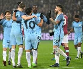 Les joueurs de Manchester City se congratulent après un but de Sergio Agüero (N.10), le 6 janvier 2017 au London Stadium