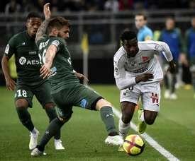 Cheick Timite (d) déborde le défenseur de Saint-Etienne Mathieu Debuchy. AFP
