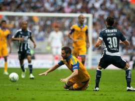 Lattaquant André-Pierre Gignac (à terre) des Tigres face aux joueurs de Monterrey lors du Tournoi de clôture du Championnat du Mexique, le 14 mai 2016 à Monterrey