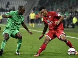 Onisiwo (d) será baja en el Mainz 05. AFP