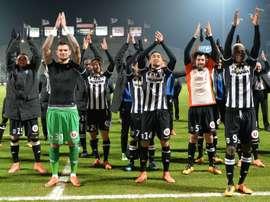 Les joueurs du SCO Angers heureux avec leurs supporteurs de la large victoire sur Lorient au stade Jean-Bouin, le 19 mars 2016