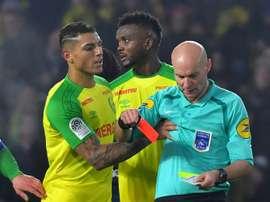 Le défenseur de Nantes Diego Carlos reçoit un carton rouge de la part de l'arbitre Tony Chapron. AFP