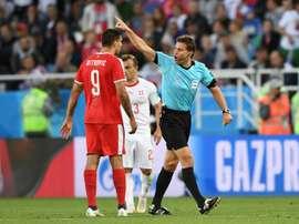 L'arbitre allemand remballe le Serbe Aleksandar Mitroviv. AFP