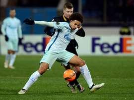 Axel Witsel face à Patrick McEleney du Dundalk, lors du match du Zenit à Saint-Pétersbourg. AFP