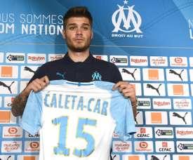 Le défenseur central croate Duje Caleta-Car présenté par son nouveau club. AFP