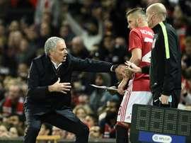 Lentraîneur de Manchester United José Mourinho parle à Morgan Schneiderlin, en Coupe de la Ligue face à Manchester City, à Old Trafford le 28 octobre 2016